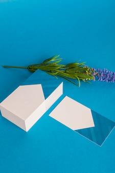Mockup de papelería con tarjetas de visita modernas y flor