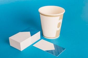 Mockup de papelería con taza y tarjetas de visita