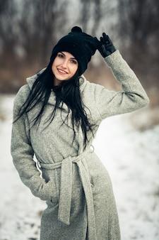 Moda hermoso parque frío caucásico