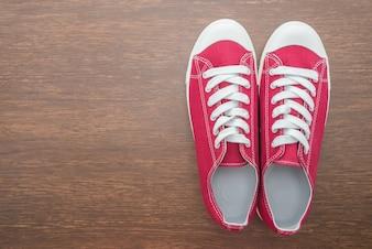 Modelo de los zapatos de tierra marrón joven