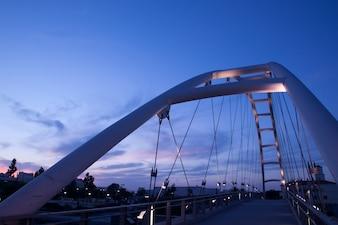 Moderno puente sobre la puesta de sol, california