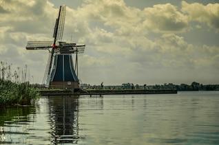 Molino de viento en el lago