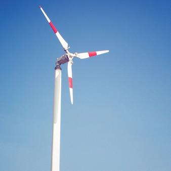 Molino de viento y cielo azul con efecto de filtro retro