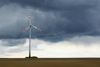 Molino eólico en el campo