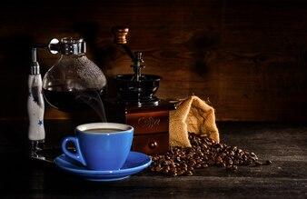 Molino y una bolsa de granos de café