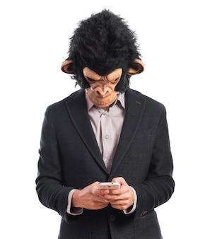 Mono hombre escribiendo un sms