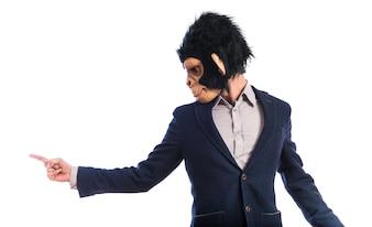 Mono hombre gritando y apuntando