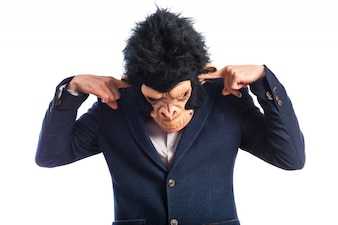 Mono que cubre sus oídos