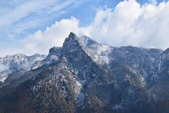 Montaña con nubes