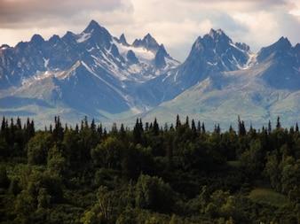 Montaña hermosa Snowpeak