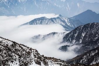 Montaña por encima de la nieve