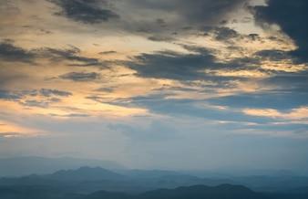 Montañas con nubes doradas encima