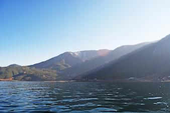 Montañas con un lago a sus pies