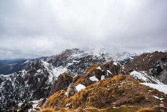 Montañas de niebla en invierno