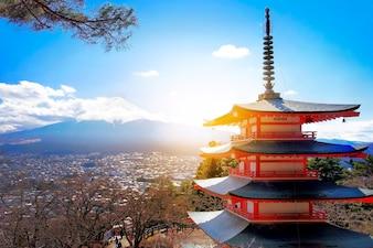 Monte Fuji con pagoda roja en invierno, Fujiyoshida, Japón