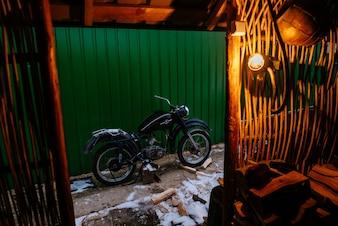 Motocicleta antigua vista desde dentro de una casa