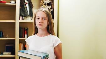 Muchacha adolescente con los libros