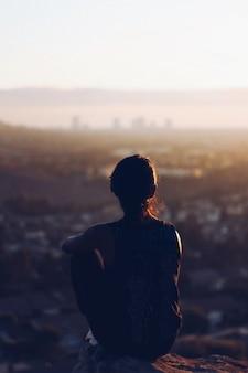 Muchacha que disfruta de las vistas