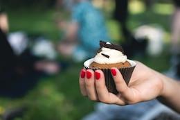 Muchacha que sostiene Muffin