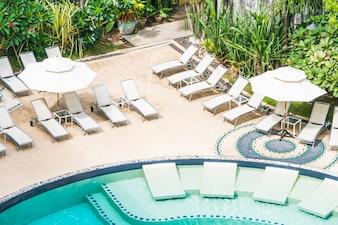 Muchas hamacas en una piscina