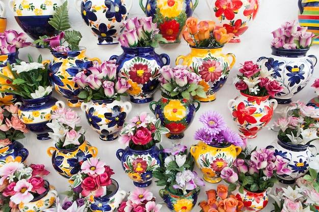 muchos jarrones con flores dentro
