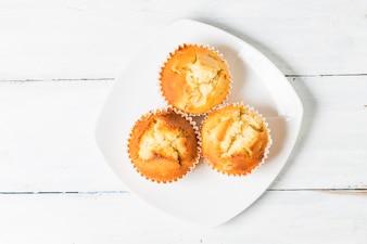 Muffins caseros de la tuerca del plátano listos para comer