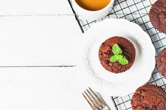 Muffins de chocolate con menta en una mesa de madera