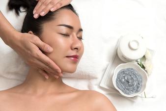 Mujer, acostado, preparación, cara, cabeza, masaje, spa