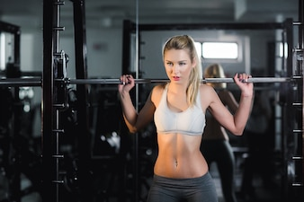 Mujer activa levantando pesas