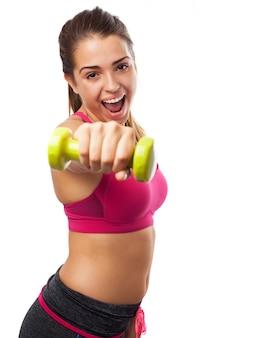 Mujer activa sujetando una pesa pequeña