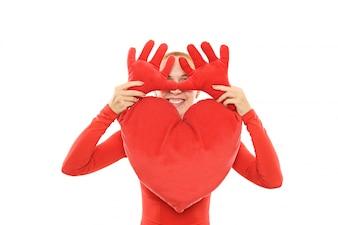 Mujer alegre con el corazón de la felpa