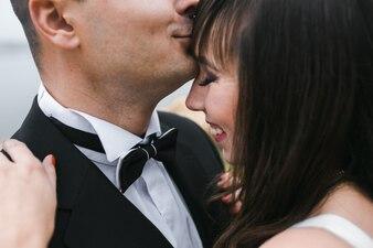 Mujer alegre con el novio
