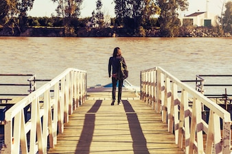 Mujer andando por un puente