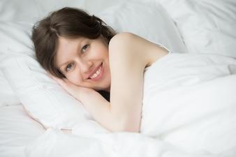 Mujer arropada sonriendo