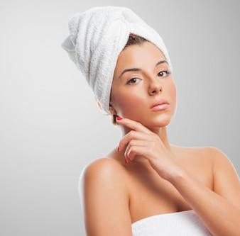Mujer atractiva en toalla