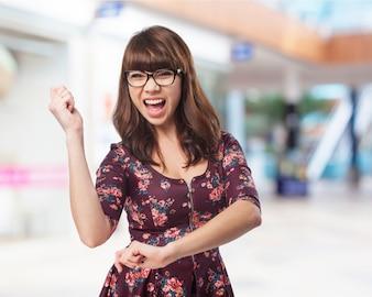 Mujer bailando con la boca abierta
