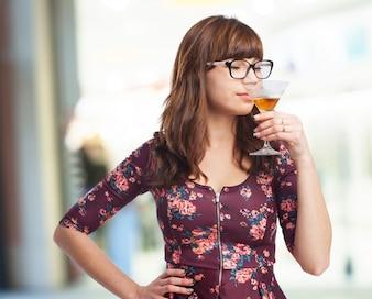 Mujer bebiendo de una copa