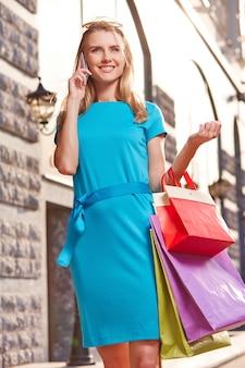 Mujer bien vestida con bolsas de la compra