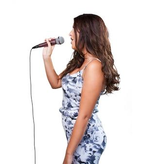 Mujer bonita que canta