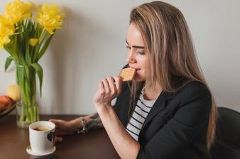 Mujer comiendo galleta