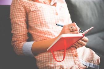 Mujer con el anillo de tomar notas