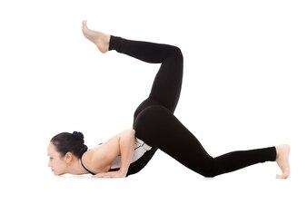 Mujer con el culo y una pierna levantados