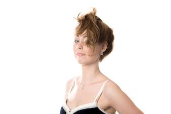 Mujer con el pelo por encima de la cabeza