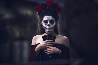 Mujer con la cara pintada para el carnaval