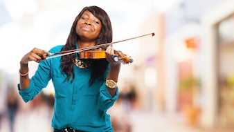 Mujer con los ojos cerrados tocando un violín