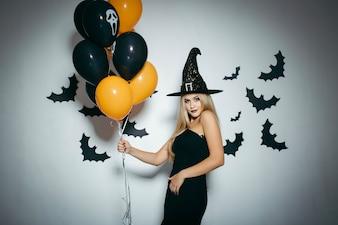 Mujer con manojo de globos de Halloween