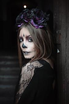 Mujer con maquillaje del cráneo