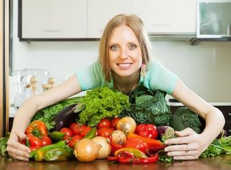 Mujer con montón de verduras