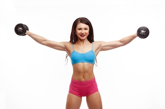 Mujer con pesas y los brazos estirados