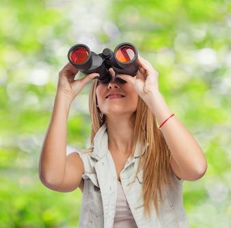 Mujer con prismáticos en el campo